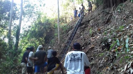 Pemasangan Tangga dan Ngaturang Piuning Banten di Tukad Kayuan Dedari